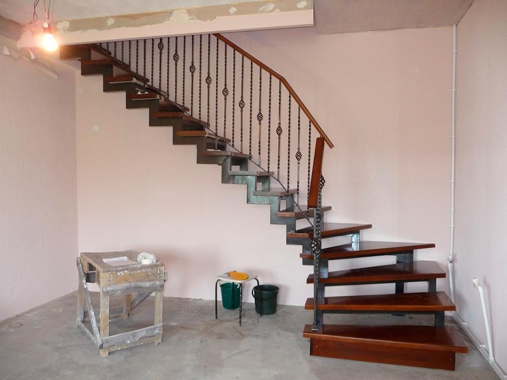 Шторы на лестницу в доме фото существует